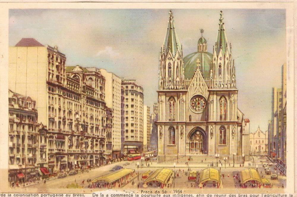 A praça da Sé em 1954. Nessa imagem, as torres já aparecem finalizadas, mas isso só ocorreria em 1967. Do lado esquerdo, o Palacete Santa Helena e no final da rua a direita, a Igreja de São Gonçalo,